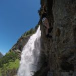 Kletterer vor Fallbach Wasserfall