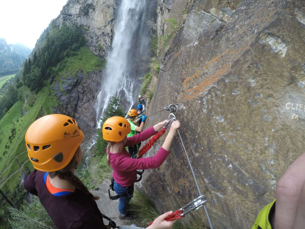 Klettergruppe vor Wasserfall