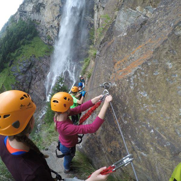 Aufstieg Fallbach Klettersteig im Team